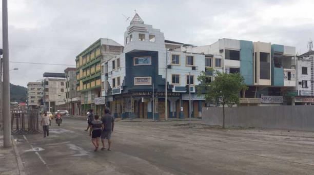 La reapertura de la zona cero de Portoviejo permitió que los carros vuelvan a circular sin restricciones. Foto: EL COMERCIO