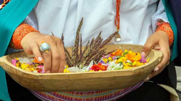Las mujeres son las encargadas de recolectar las flores sagradas.