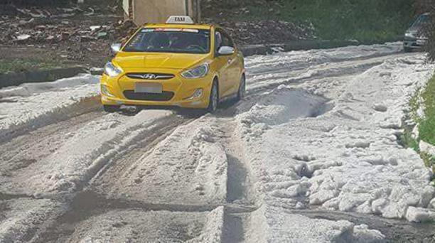 Una una avenida de Tulcán quedó llena de granizo tras el fuerte aguacero. Foto: Cortesía del ECU 911