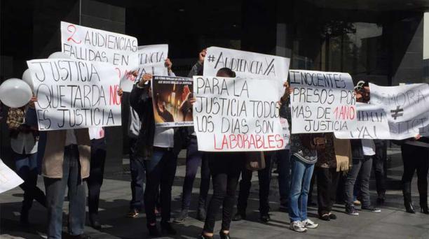 Familiares de policías sentenciados piden que se realice la audiencia de apelación, suspendida en dos ocasiones. Foto: Eduardo Terán / EL COMERCIO