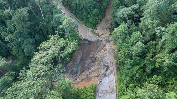 El desbordamiento de la cascada Las Bateas causó un socavón de 30 metros en el sector Buenaventura. La vía conduce a la zona alta de El Oro. Foto cortesía Paparazzi Producciones