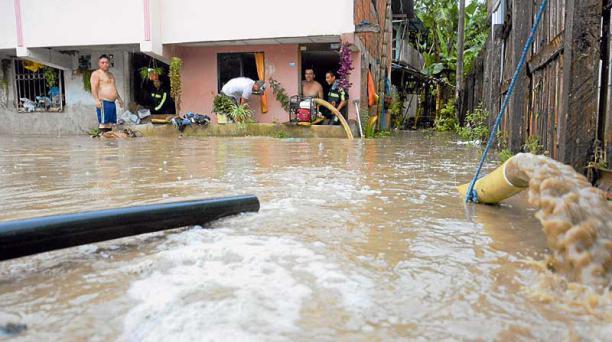 Los habitantes de la parroquia Alajuela, en Portoviejo, se inundaron la tarde del domingo último. Foto: cortesía de el Diario (Manabí)