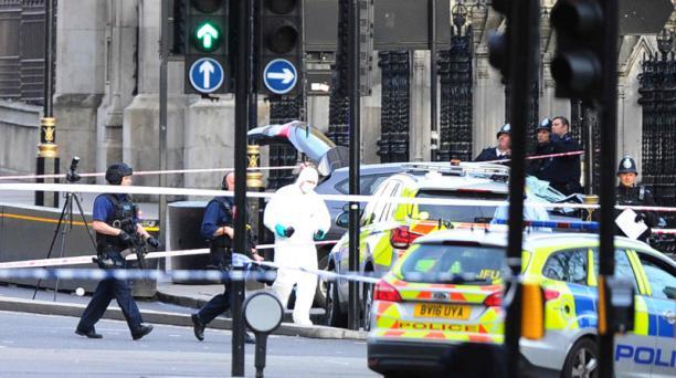 La zona cercana al Palacio de Westminster fue cercada por miembros de la policía en Londres para investigar los hechos tras el ataque terrorista de este 22 de marzo del 2017. Foto: AFP