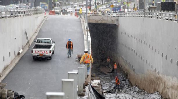 Los operarios del intercambiador de la av. Granados cubrieron con plástico los muros. Patricio Terán / EL COMERCIO