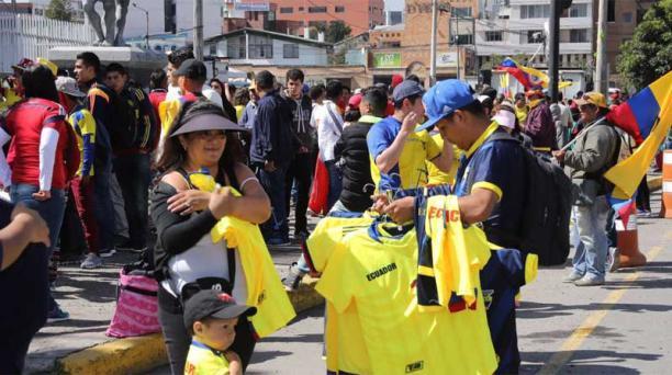 Los hinchas llegaron desde antes de las 10:00 al Estadio Olímpico Atahualpa para asistir al partido de fútbol entre las selecciones de Ecuador y Colombia, este 28 de marzo del 2017. Foto: Alfredo Lagla / EL COMERCIO