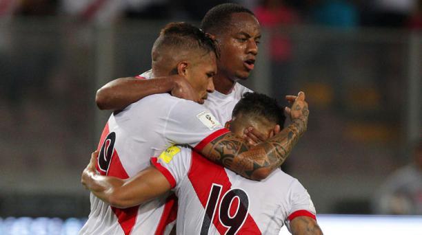 Paolo Guerrero (izq.) de la Selección de Perú celebra luego de anotar contra Uruguay en el partido por las eliminatorias hacia el mundial de Rusia 2018 el 28 de marzo de 2017, en el estadio Nacional de la ciudad de Lima (Perú). EFE
