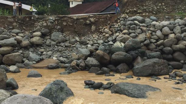 Una parte del muro de protección ubicado en la ribera del río Damas fue arrasado tras la crecida del afluente. Foto: Cortesía Prefectura de Santo Domingo de los Tsáchilas.