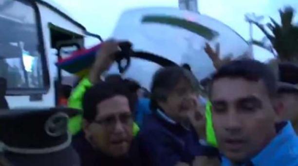 Guillermo Lasso sale del estadio Atahualpa con respaldo de policías tras el partido entre Ecuador y Colombia.