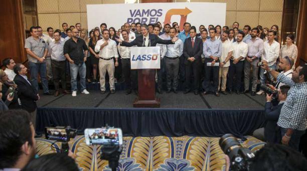 El excandidato presidencial Guillermo Lasso leyó ayer un comunicado en Guayaquil. Mencionó que seguirá la lucha por la democracia del país. Foto: Enrique Pesanstes / EL COMERCIO