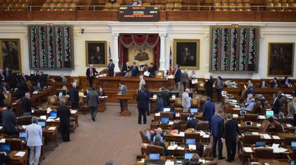 La Cámara de Representantes de Texas aprobó en la madrugada de hoy un polémico proyecto de ley que busca penalizar a los gobiernos locales y a las universidades que decidan no cumplir las leyes migratorias federales para favorecer a los inmigrantes indocu
