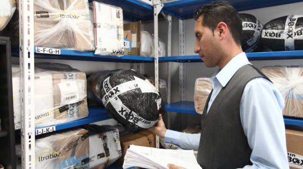 En la empresa Ultrabox, un 60% de sus envíos es de ropa y zapatos para todas las edades. Un 20% corresponde a aparatos electrónicos, como los celulares, tabletas y más. Foto: Julio Estrella/EL COMERCIO