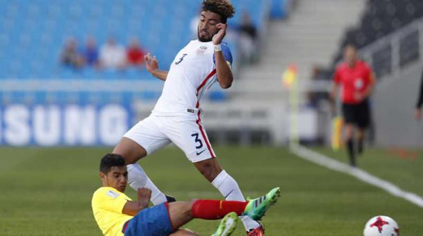 El jugador de la selección ecuatoriana Wilter Ayovi (izq.) lucha por el balón con el jugador de la selección estadounidense Danny Acosta (der.) durante el partido entre Estados Unidos y Ecuador