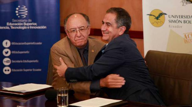 El rector de la Universidad Andina Simón Bolívar, Jaime Breilh y el Secretario de la Senescyt, Augusto Barrera, durante una rueda de prensa hoy, 1 de junio de 2017. Foto: Paúl Rivas/ EL COMERCIO.