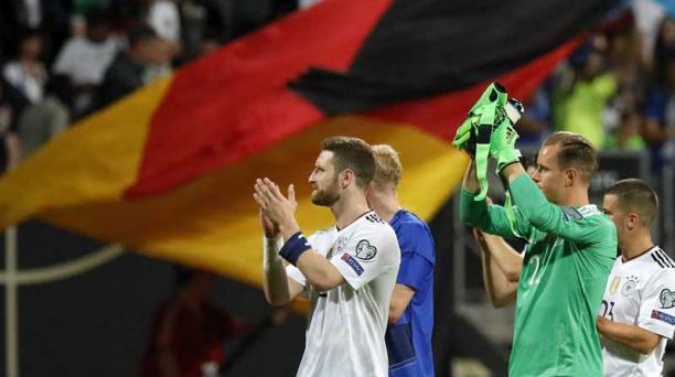 Jugadores de Alemania Shkodran Mustafi, Julian Brandt,  Marc-Andre ter Stegen y Diego Demme celebran el triunfo ante San Marino. Foto: Ronald Wittek/ EFE