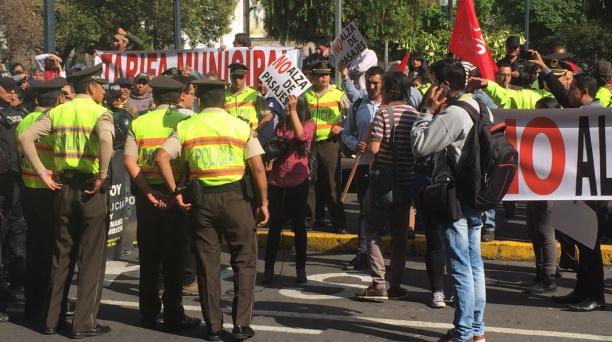 Al menos 40 policías se colocaron en medio de los manifestante para evitar desmanes. Foto: Eduardo Terán / EL COMERCIO