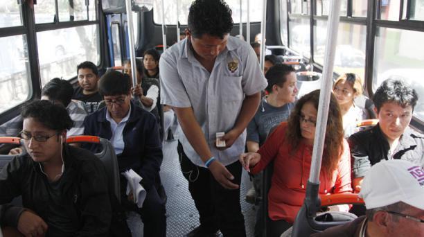 La entrega de tiquetes garantiza que el pasaje de los pasajeros irá a una caja común; esto debería evitar los 'correteos'. Foto: Galo Paguay/EL COMERCIO