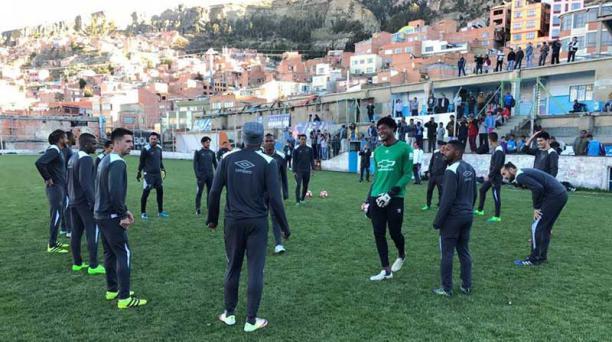El arquero Leonel Nazareno, en la práctica del lunes en Bolivia. LDU se entrenó en el estadio Libertador Simón Bolívar