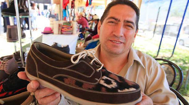 Bolívar Guambaña vende zapatos tejidos con macana.