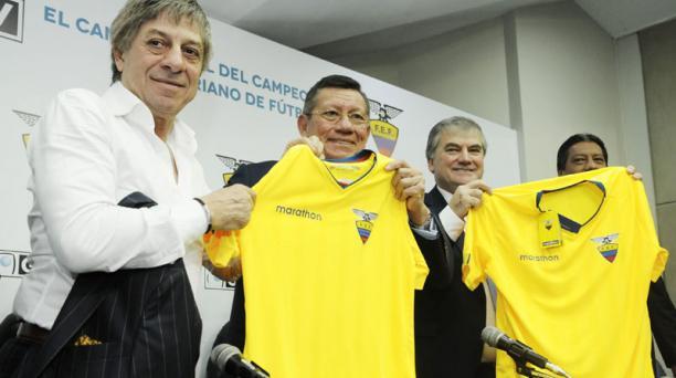 'Paco' Casal (izq.) es propietario de GolTV. Aquí recibió la camiseta de la Tri, de mano de Carlos Villacís, presidente de la FEF, en la sede en Guayaquil.