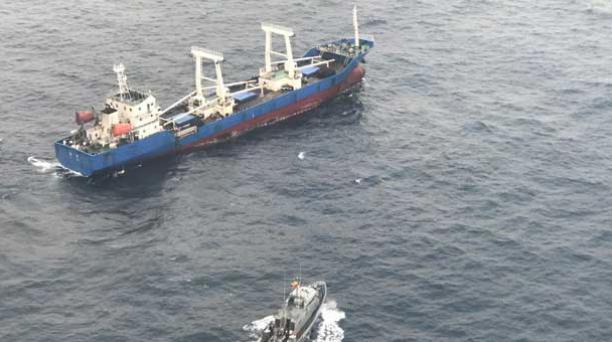 Los 20 tripulantes del buque chino con 300 toneladas de pesca ilegal detenido en Galápagos se encuentran con prisión preventiva. Foto: Armada del Ecuador.