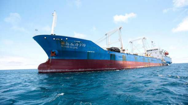 Los tripulantes del buque chino capturado en Galápagos fueron sentenciados a prisión y a pagar una multa, según informó Lorena Tapia en Twitter. Foto: EFE.