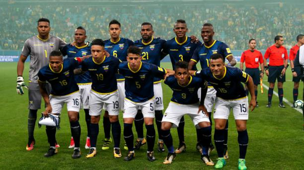 Los jugadores de Ecuador posan antes de iniciar el juego ante Brasil el jueves 31 de agosto de 2017, durante el partido entre Brasil y Ecuador por las eliminatorias al mundial Rusia 2018, que se disputa en la arena de Gremio en Porto Alegre (Brasil). EFE