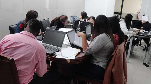 La mañana del lunes, nueve jóvenes apelaron los exámenes de acreditación profesional que rindieron en julio pasado. Foto: Diego Bravo / EL COMERCIO