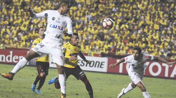 David Braz (14) del Santos, rechaza el balón ante la marca de Jonatan Álvez (9) del Barcelona Sporting Club durante el cotejo de ida de los cuartos de final de la Copa Libertadores jugado en el estadio Monumental. Foto: Marcos Pin / API