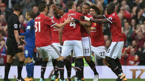 El gol de Antonio Valencia fue festejado con euforia por los jugadores del Manchester United. Foto: Oli Scarff/ AFP