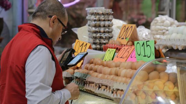 En el mercado de Iñaquito, de Quito, un cliente compara precios en el área de abastos. Foto: Alfredo Lagla/EL COMERCIO