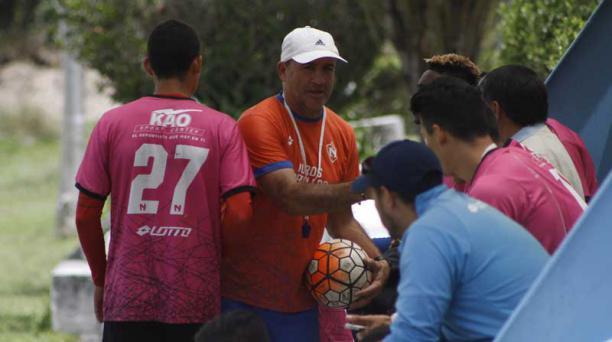 El DT Eduardo Favaro da indicaciones a sus jugadores, en el complejo de Tumbaco