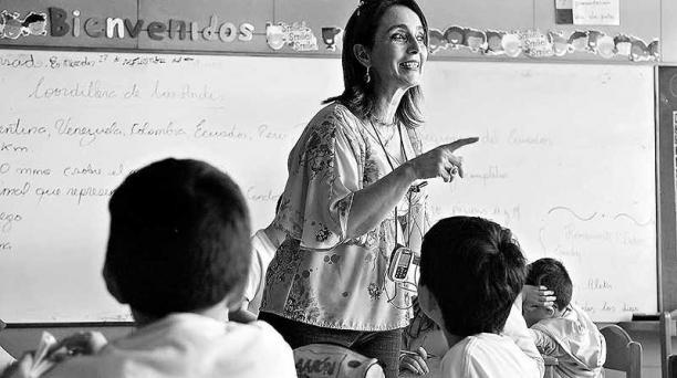 Silvia Holguín es docente del Liceo Campoverde, en donde se utilizan equipos para chicos con discapacidad auditiva. Foto: Galo Paguay / EL COMERCIO