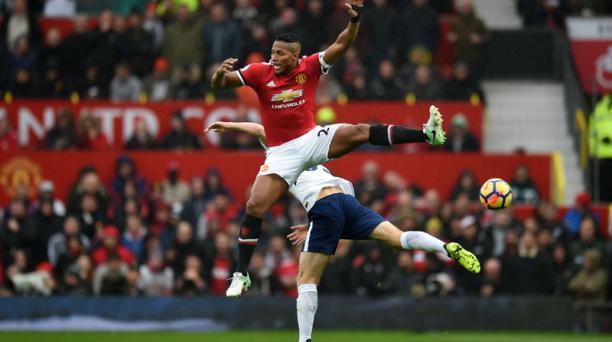 El ecuatoriano Antonio Valencia en una jugada durante el partido entre el Manchester United y el Tottenham