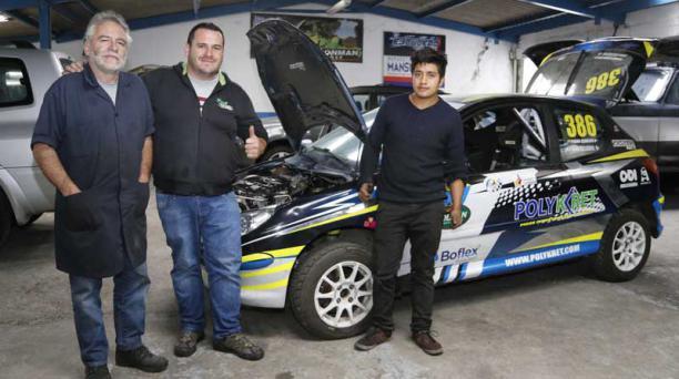 Patricio y Juan Escudero (centro) junto a uno de sus vehículos