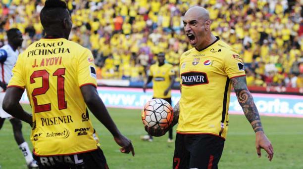 Ariel Nahuelpan (der.) celebra el primer gol de Barcelona SC en la victoria 2 - 1 ante Clan Juvenil