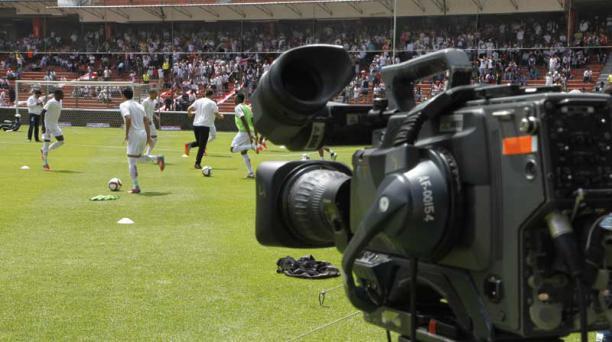 Direct TV, CNT y TV Cable pagan más de USD 16 millones a los canales incautados (TC y Gama), con quien la Ecuafútbol firmó un contrato por los derechos de transmisión de los partidos. Foto: Referencial