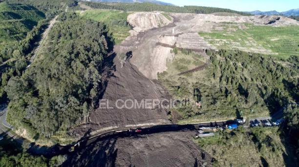 Una imagen desde el dron muestra el derrumbe en El Troje, sur de Quito, que hizo que la tierra cubriera un tramo del canal de agua del río Pita, con el que se dota del suministro a los barrios del sur y centro norte de Quito. Foto: Vicente Costales/ EL CO
