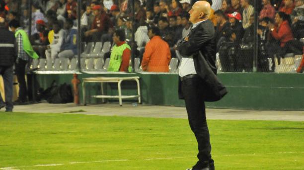 El DT Pablo Repetto durante el partido de la repesca a la Copa Sudmericana en el estadio Bellavista de Ambato, la noche del miércoles 13 de diciembre de 2017. Foto: Jorge Pérez / API