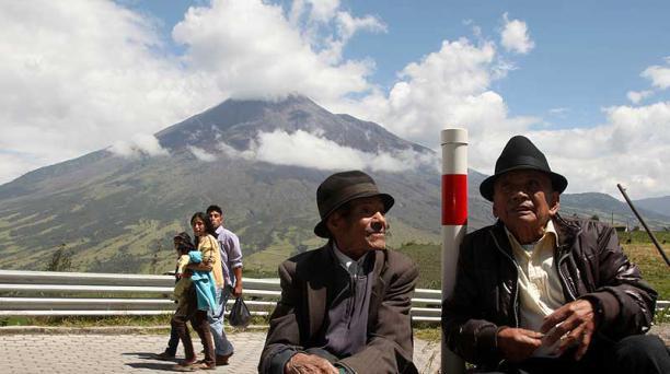 Manuel Martínez y Moisés Morales, de Pillate, han sido testigos de las erupciones. Foto: Glenda Giacometti / EL COMERCIO