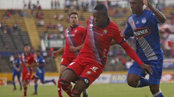 Rinson López (izq.) disputa el balón con Óscar Bagüí, durante un juego entre El Nacional y Emelec, este año, en Quito