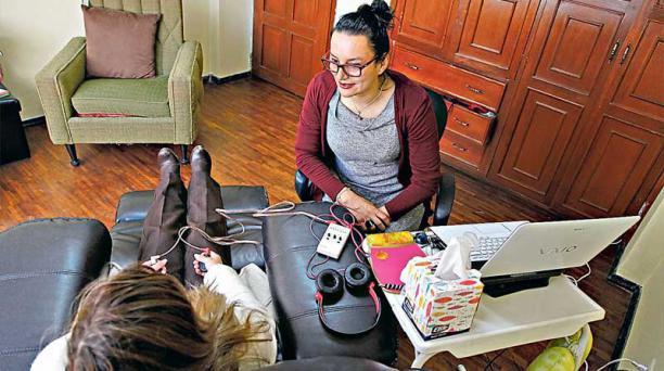 Edith Delgado, en su consulta en Neurocorp, en la Orbigny y Atahualpa, en Quito, atiende a niños, jóvenes y adultos.