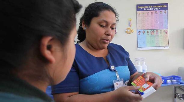 Katerine Saltos entrega una pastilla de emergencia en el Centro de Salud Rumiñahui. Foto: Vicente Costales / EL COMERCIO
