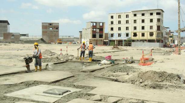 En la zona comercial de Tarqui se trabaja en la instalación de conectores para la electricidad. Foto: Juan Carlos Pérez para EL COMERCIO