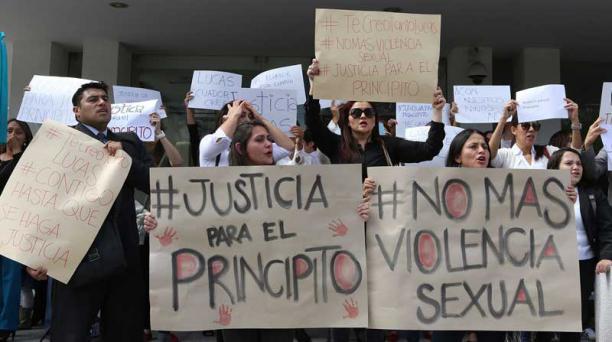 Allegados al menor, afuera de la Corte Provincial de Pichincha durante una audiencia. Foto: Alfredo Lagla, Archivo/ EL COMERCIO