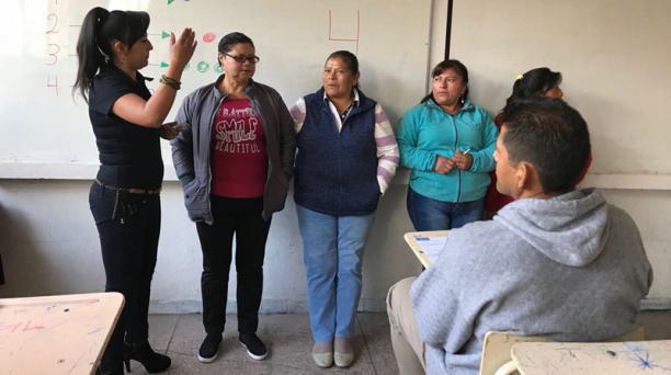 Las clases para los jóvenes y personas de la tercera edad, que desean culminar el bachillerato, se imparten de forma semipresencial semanal. Foto: Paula Merchan/ EL COMERCIO