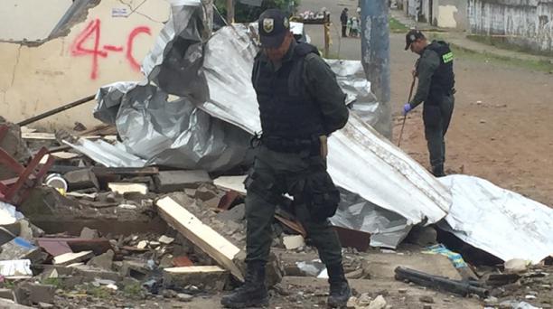 Miembros de la Policía de Colombia recopilan evidencia entre los escombros de una casa afectada, tras el atentado de un carro bomba en San Lorenzo. Foto: Marcel Bonilla/ EL COMERCIO