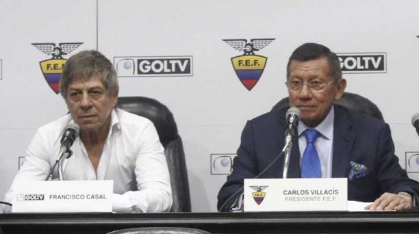 Paco Casal (izq.), propietario de GolTV, y Carlos Villacís (der.), titular de la FEF, en la firma del contrato de los derechos de TV, el 22 de junio del 2017. Foto: Archivo EL COMERCIO