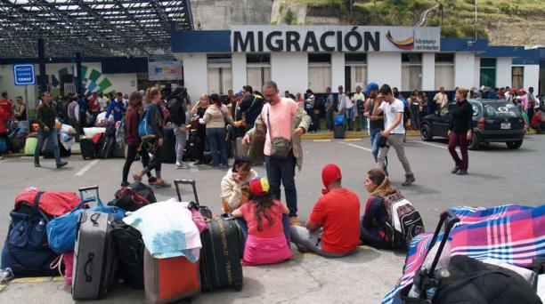 Decenas de venezolanos hacen fila para entrar al Ecuador, en Rumichaca. Los viajeros llegan con maletas y mantas para protegerse del frío. Foto: Francisco Espinoza para EL COMERCIO