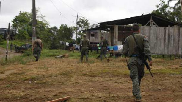 Militares ecuatorianos se encuentran en El Pan, provincia de Esmeraldas, tras los ataques ocurridos en la frontera desde la explosión de un coche bomba el 27 de enero. Foto: Galo Paguay / EL COMERCIO