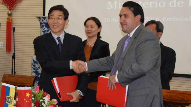 El exministro Fausto Herrera, durante la suscripción de un crédito con el banco ICBC. Foto: Ministerio de Finanzas
